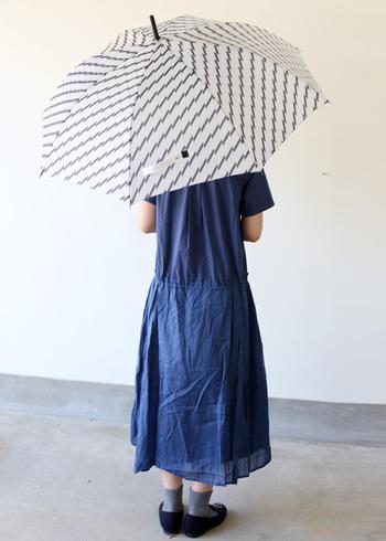 こちらも同じくDankeの、白地にブラックのシンプルな柄でユニセックスでも使えるおしゃれな長傘。