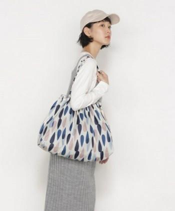 バッグの上からすっぽりかぶせて、雨水から守るバッグカバーとして。 お買い物の時のエコバックとしても使える万能なバックカバーです。