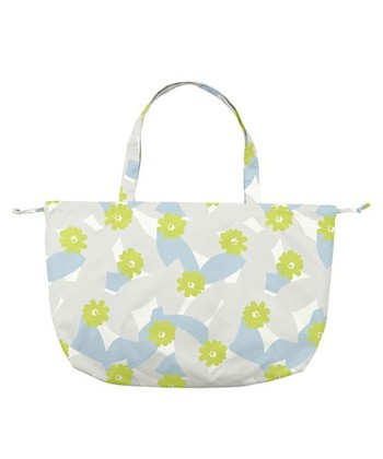 バッグカバーでありながら、そのまま使えばサブバッグにも使える便利でかわいいアイテム。愛らしい柄の生地には、撥水加工を施しています。