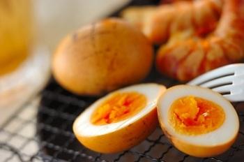 塩漬けしたゆで卵を燻製に。バーベキューする時に作ろう。