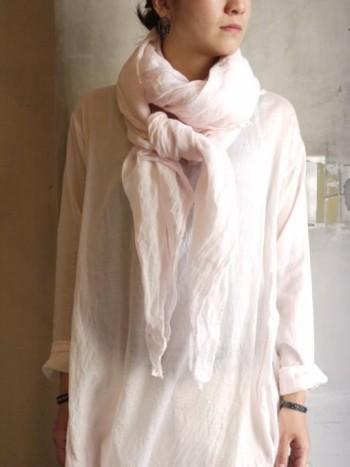 天然染めの淡いピンクが上品なリネンストールです。一重に軽く結んで、たらりと裾を長めに垂らすとナチュラルな雰囲気になりますね。