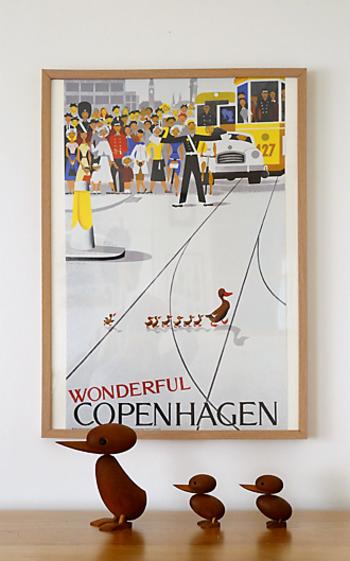 デンマークのアーキテクトメイド社の木製のバードオブジェ。アーティストのハンス・ブリングがデザインしたこのダック&ダックリングは、コペンハーゲンの街で実際にあった、アヒルの親子が道路を横切るために警察官が車をとめて横断を手助けしたという可愛い事件からインスピレーションを受けたもの。