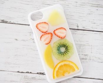 ジューシーなフルーツを閉じ込めたiphone7用のケース。使うたびに注目を集めそうな可愛らしさです。