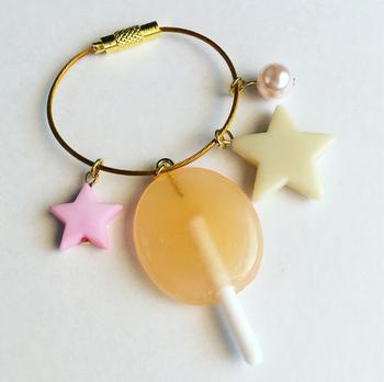 思わず食べたくなるような綺麗なパステルカラーのキャンディと星の組み合わせのキーリング。いろんな味のキャンディが欲しくなりそうです。