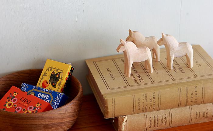 手彫りの素朴で優しい風合いは、北欧らしいナチュラルな木製のインテリアにぴったり。我が家に幸せを運んでくれる守り神のような存在として、大切に飾りたいですね♪