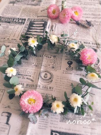 シンプルなユーカリのハーブリースに、こんな風にお花をアクセントにしても可愛いですね!バランスをみながら、お好きなお花を一緒にどうぞ。