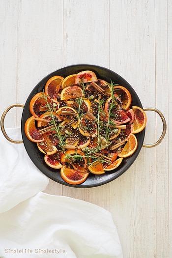お好みの柑橘類とスパイスやハーブをオーブンで焼き、シロップに漬け込むだけ。漬け込み期間は2ヶ月ほど。ソーダで割ったり、カクテルの材料にしたりと用途は色々。漬け込んだ果実やハーブは肉料理などの味付けにも使えます。