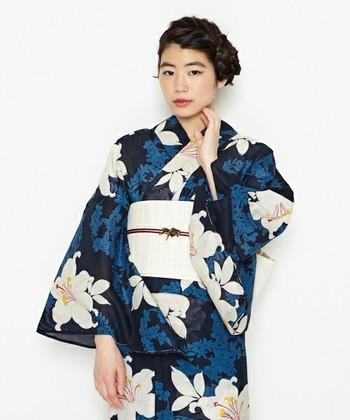 大輪の百合の花が大きく大胆に描かれた浴衣には、シンプルな帯を合わせて。百合柄の着物は、華やかさの中に可憐さがあるので、女性らしさ満点です。
