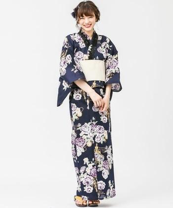 モノトーンでも華やかな印象を与えることができるバラの浴衣は、襟元にレースをあしらってもGOOD。自分らしく個性豊かにコこなしたい一枚です。
