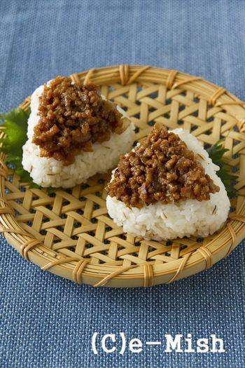 雑穀ごはんや白ごはんに合う肉味噌のおにぎり。風味ゆたかな肉味噌をのせたら、おにぎりがごちそうに♪