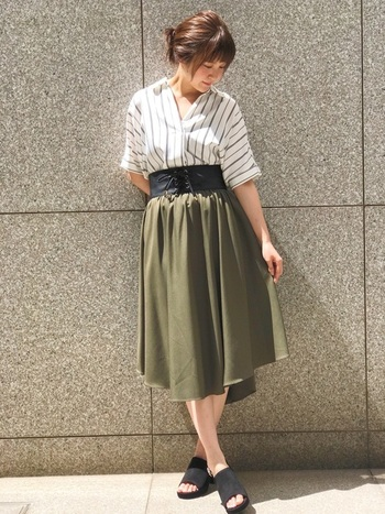 女性らしいボリュームのあるフレアスカート。レースアップのベルトできゅっと締めることで、よりキレイなシルエットに。