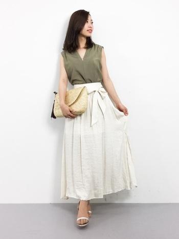 程よく肌見せするノースリーブの女性らしいVネックシャツ。ふんわりとしたスカートにインすることで、すっきり大人のスタイルに。