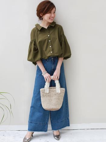 ふんわり袖がかわいいバルーンスリーブのカーキシャツは、ワイドパンツと合わせることでリラックス感あるスタイルに。