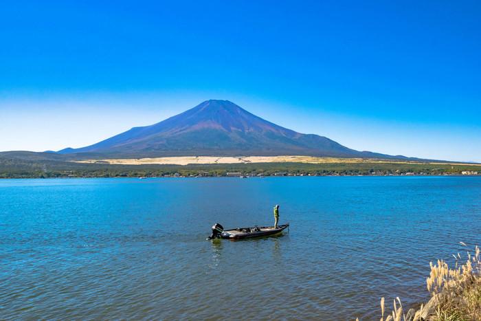 富士五湖のうちのひとつ山中湖。自然の中で愛犬とアクティブに遊びたい方におすすめです。
