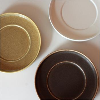 アンティーク風で程よい色ムラが雰囲気があり素敵ですね。シンプルで美しい形の器やコップは、セレクトショップでも人気です。