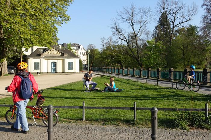 日曜日は、一部の例外を除き、法律で営業を禁止されているためほとんどのお店が閉まっています。最近では、観光客のためにオープンしているお店も増えましたが、ドイツの人々はショッピングよりも、自然豊かな場所で過ごすことに贅沢を感じます。