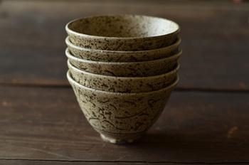 陶器のうつわは、急激な温度の変化に弱いものも多いので、要注意です。また、磁器のうつわでも、金の飾りのついたものなどは、電子レンジは使えません。