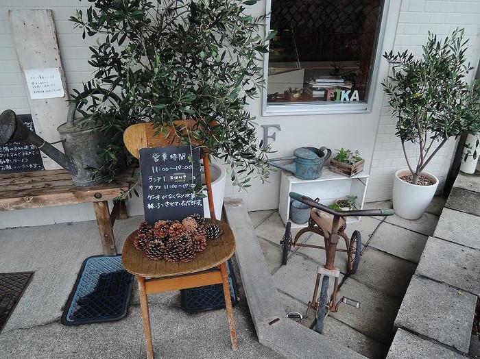 覚王山駅から徒歩3分の「fika.(フィーカ)」は行列ができる タルトがメインのお菓子屋さんです。テイクアウトはもちろん、カフェスペースでティータイムを楽しむこともできます。