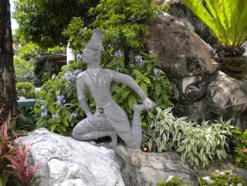 タイ国内にはルーシーダットンの ポーズを型どった石像が残っています。