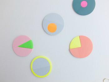 こんなポップな付箋、見たことがありますか?2種類の付箋がセットになっており、円グラフのようなデザインです。2色のコントラストも印象的で可愛いですね。