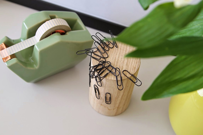 クリップやピンなどは特にバラついてしまうもの。普段ならケースに入れておきますが、すぐに使いたいときにパッと手の届くところにあると作業も捗ります。マグネットタワーは、そんなクリップを磁石でキープしておくもの。ナチュラルな木のデザインと無造作なクリップがまるでオブジェのようではありませんか?