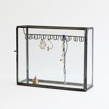 スチールのフレームとガラスで作られたケースには、お気に入りのアクセサリーを飾って。素敵な見せる収納のできあがり。