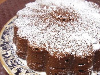 ドライアプリコットがココアのほろ苦さに程良い甘さを加えてくれて、バランスの良い美味しいケーキに。お酒が好きな人はラム酒をプラスしてもよく合います。