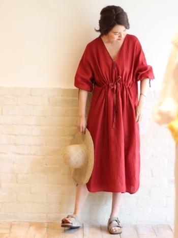 紐を結んでウエストを絞るタイプのワンピース。上下につくられたフレアがとっても華やか&フェミニン。リネン素材の良さを感じるデザインは、赤も柔らかく感じます。