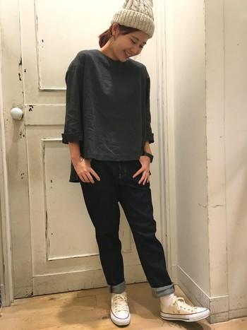 スニーカーや帽子にカジュアルな小物を合わせて、ボーイッシュにまとめたコーデ。光沢のあるリネンは、黒でも重くなりすぎないのが魅力です。