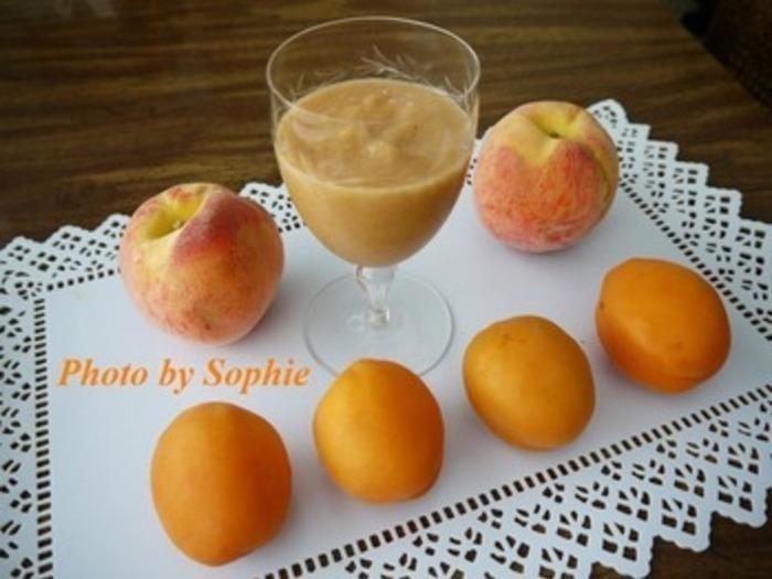 桃とあんずのスムージーは、なめらかでやさしい味わい。果物の酸味が苦手な人でも飲みやすい美容にもうれしいスムージーです!