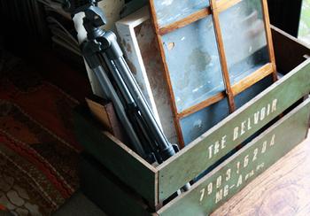 荷物を気軽に入れられるコンテナボックスは、お部屋の整理整頓アイテムとしてオススメ! 100円均一ショップで売られている板を使って作れちゃいます。