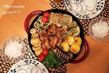 焼きあがったらすぐに食卓に持って行きます。お皿に移さなくて良いので、お料理の盛り付けを気にすることはありません。熱々をいただきましょう。