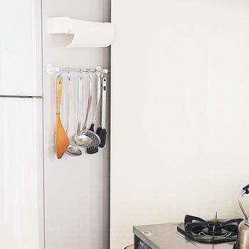 キッチンでよく使う物は、S字フック等を使って吊り下げてみては。吊り下げることによって乾きも早くなります。