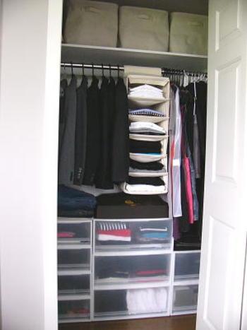 衣類も吊り下げてしまうと断然楽!たたまなくていいし、パッと見て今日の洋服を決められます。