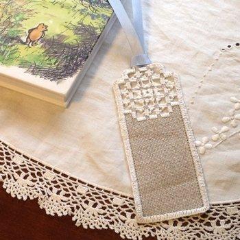 手触りのいいリネンにハーダンガー刺繍を施したナチュラルなしおりです。麻の生地に白糸で刺繍したクローバーはオリジナルの図案だそう。一点ものを手にする事ができるのも、ハンドメイドの魅力です。読書タイムのお供にいかがですか?