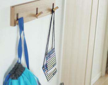 外出グッズは玄関にフックを使って吊り下げ収納。壁に穴をあけないおしゃれなフックもたくさん売っています。