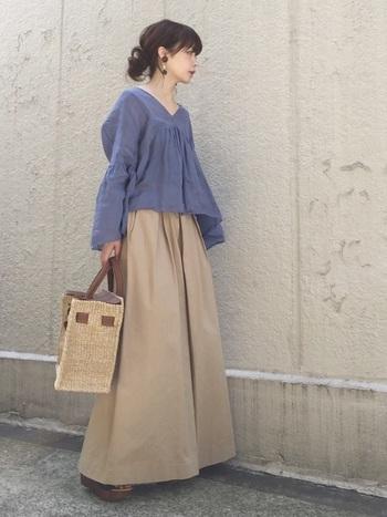 胸元のギャザーがつくるAラインの広がりが、リネンのふんわりとした素材感を強調して可憐♪同じくボリューミーなスカートを合わせても重くならないのは、リネンの魅力ですね。
