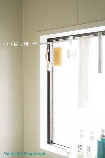お風呂掃除用ブラシなどのグッズは、窓のサンにつっぱり棒をつけて干すようにするとカラリとします。