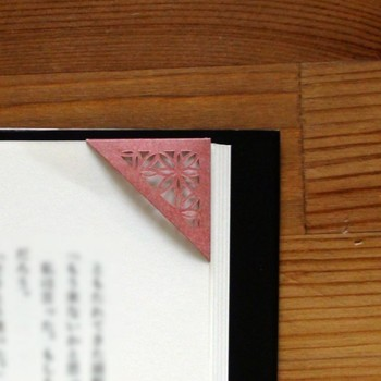切り絵のような繊細なデザインが素敵な紙タイプ。カラフルで本を閉じた状態でもわかりやすいですね!