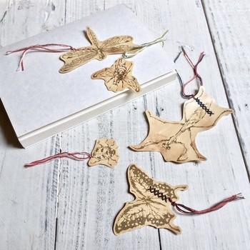トンボ、アゲハチョウ、テントウ虫など、オリジナルイラストで描かれた昆虫モチーフのしおり。一点一点、インクで渋めの風合いに仕上げた味わい深い作品です。