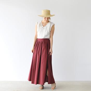 海風に気持ちよくたなびく大人のロングスカート。女性らしさと大人っぽさを兼ね備えたワインカラーは、大人のリゾートスタイルにおすめです。