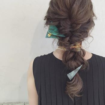 ルーズに編みおろしてランダムにヘアアクセサリーをつけるヘアアレンジは、後ろ姿の美しさが格段にアップするのでデートやお呼ばれにもおすすめです!前から見ても後ろから見ても「可愛い♡」が女子力アップのコツです。