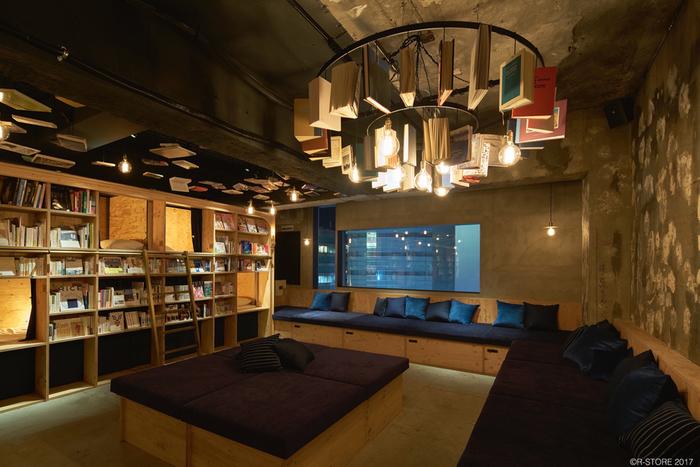 ほっと落ち着くお洒落な空間で、壁にも天井にもたくさんの本がずらりと並びます。ゆったりくつろげるソファスペースもあるので、座って本を読んだり、友達とおしゃべりしたり、その場で知り合った人とも仲良くなれるかもしれませんね。