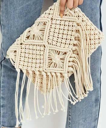 ナチュラル&季節感たっぷりのマクラメ編みのクラッチバッグ。フリンジのニュアンスもコーデを涼しげに演出してくれます。