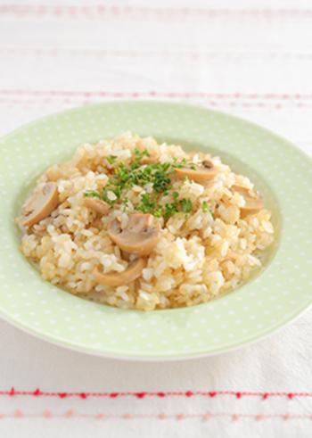 にんにく、ツナ、マッシュルームなどを使ったご飯のレシピです。チャーハンではない、フライパンでお米を炊くという珍しいレシピ。発芽玄米を加えているところも健康と元気のポイントです♪
