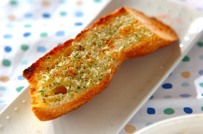 おうちでゆっくりしたい休日のブランチなら、朝からにんにくを食べても大丈夫ですね♪バゲットを豪快に切ってガーリックバターをたっぷり塗って食べれば、きっとお腹から元気が沸いてくるはず!