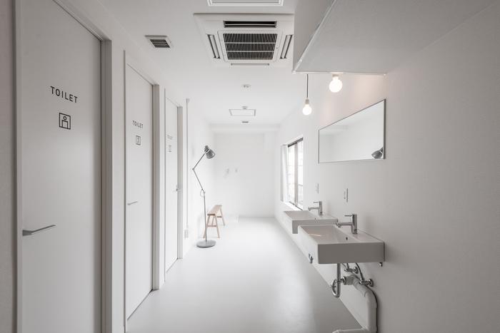 シャワールームや洗面スペースもとても清潔感溢れる空間に。  【写真クレジット/Shiori Kawamoto】