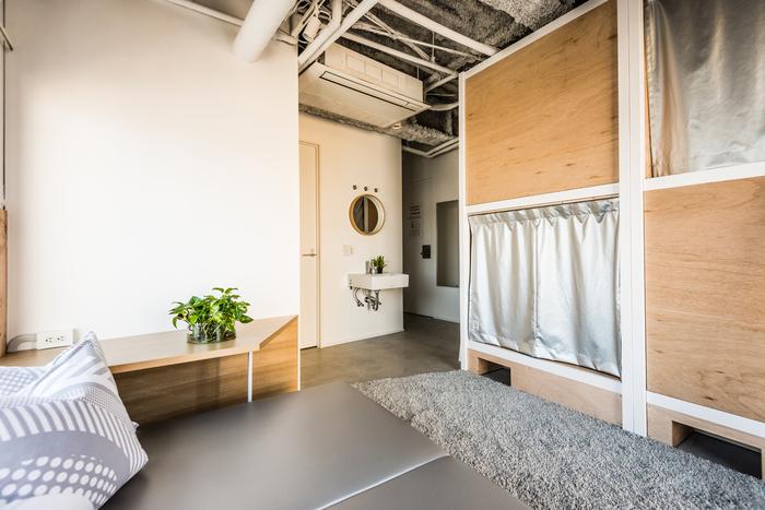 少数グループやファミリー向けのお部屋には、広いゆったりしたソファがあり、窓からは浅草の街並みを眺めることが出来ます。  【写真クレジット/Shiori Kawamoto】