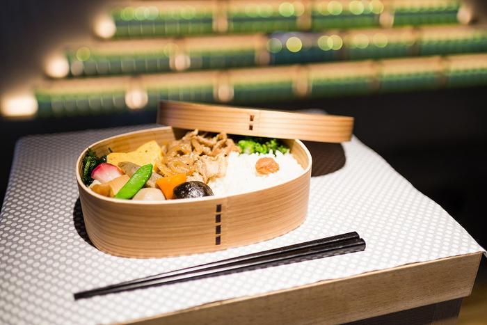 曲げわっぱに入った可愛らしいお弁当。日本人には馴染み深くて思い出もいっぱい詰まったお弁当は、心がほっと和みます。
