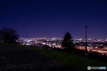 遊歩道や階段、芝生もあり、まったりと夜の散歩が楽しめます。